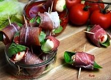 30-40 miniaturowych kulek mozzarelli     100 ml oliwy z oliwek     1 duży ząbek czosnku, zgnieciony     1/2 czerwonej papryki, drobno posiekanej     szczypta chili w proszku    ...