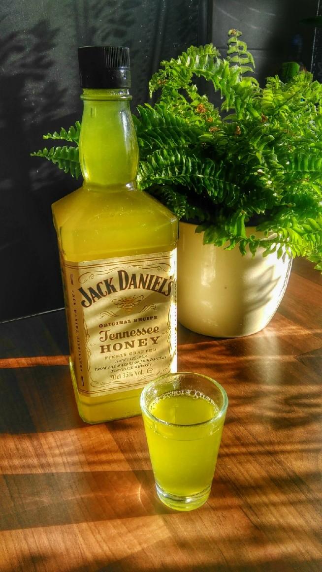 Jak leczyć mężczyznę czyt.fana whisky ?  Trochę miodu, imbiru parę cytryn, zamiast słoika butelka ulubionego trunku i świadomość minimalnie oszukana.  Polecam !