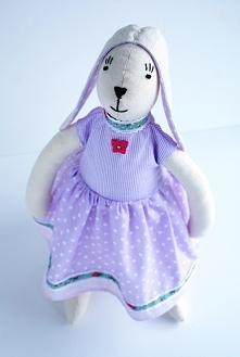 Wielkanocny Zajączek Tilda w fioletowej sukience.