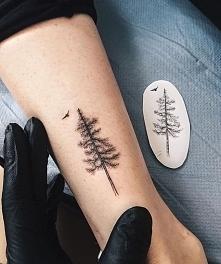 choinka na nadgarstku i wzór tatuażu