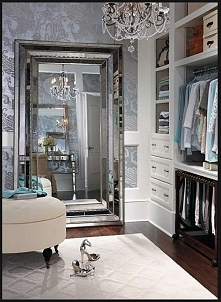 Duże lustro i piękna garderoba
