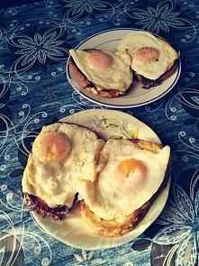 śniadanie mistrzów - tosty z serem, bekonem i jajkiem