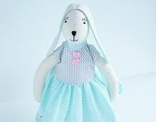 Zajączek Tilda w turkusowej sukience.