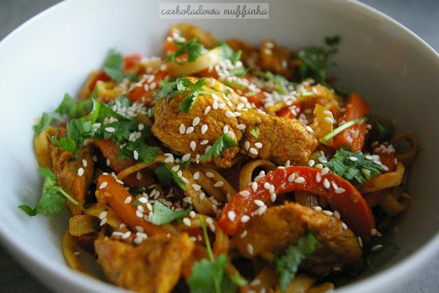 Chiński makaron z kurczakiem i warzywami idealne na obiad. Przepis po kliknięciu w zdjęcie.