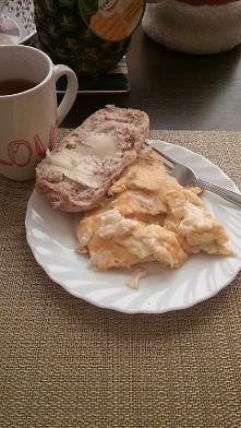 Śniadanko. Jajecznica, Pol grahamki z maselkiem i kompocik z jablek, truskawe...