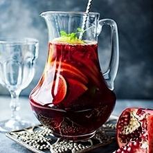 SANGRIA  750 ml czerwonego wina 350 ml wody mineralnej 250 ml soku z granatu lub sprite'a 50 ml likieru pomarańczowego (opcjonalnie) wyłuskane nasiona granatu (opcjonalnie)...