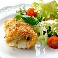 ROLADKI Z KURCZAKA Z PESTO, SZYNKĄ I SEREM  600 g filetów z kurczaka 12 łyżeczek pesto bazyliowego (DOMOWEGO lub gotowego) 6 plasterków sera (np. mozzarella) 6 plasterków szynki...