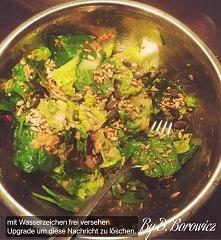 salata z tunczykiem posypana prazonymi ziarnami