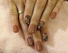 Piękny kwiatowy manicure