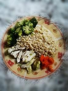 pyszny i zdrowy obiadek :brązowy ryż, gotowana pierś z kurczaka brokuły i marchewka .
