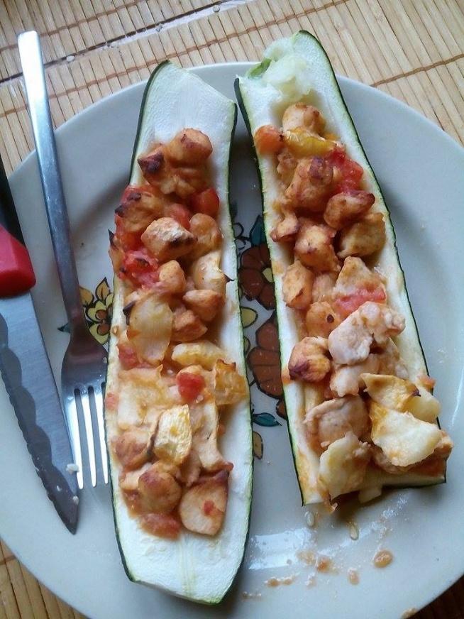 Faszerowana cukinia kurczakiem i pomidorami, zapiekana :D Jedna na obiad druga na kolacje :D