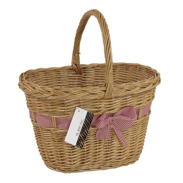 Zgrabny koszyk z wikliny z ażurowym splotem, w który wpleciono elegancką wstążkę z kokardą. Koszyk sprawdza się jako kosz prezentowy. Dostępne również kosze bez wstążek, które można ozdobić samemu.