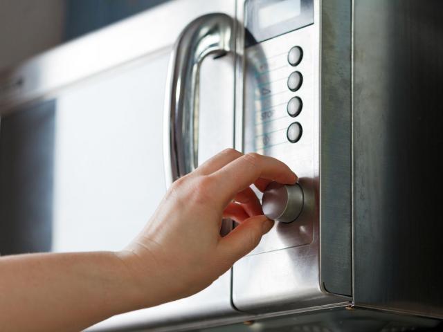 W jaki sposób czyścić kuchenkę mikrofalową?