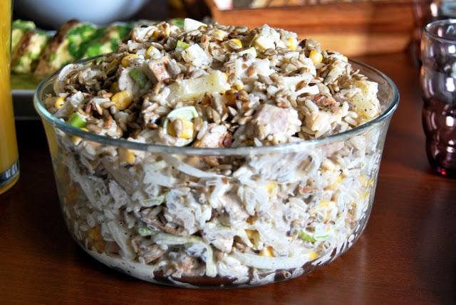 sałatka z ryżem i kurczakiem, przepis po kliknięciu na zdjęcie