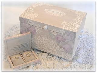 Ślubny kufer na kartki oraz pudełko na obrączki do kompletu. Wykonam na indywidualne zamówienie, możliwość modyfikacji. Zapraszam do mojego sklepiku - klik na zdjęcie