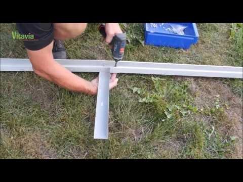 Każda szklarnia wymaga zbudowania solidnej podstawy. Na filmie instruktażowym zobaczymy, jak zrobić profesjonalną podstawę zakotwiczoną w podłożu.