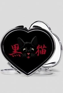 """Lusterko w kształcie serduszka dla wszystkich fanek kotów i języka japońskiego!    Napis na koszulce głosi: 黒猫 (くろねこ), co oznacza """"Czarny kot""""."""