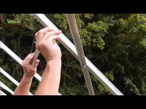 Montaż szklanego okienka dachowego do szklarni ogrodniczej VitaviaOkna w szklarni są szczególnie narażone na uszkodzenia, dlatego powinny być prawidłowo osadzone w konstrukcji. Przygotowaliśmy dla Was krótki film instruktażowy, na którym zobaczycie, jak zainstalować okno w szklarni ze szkła: