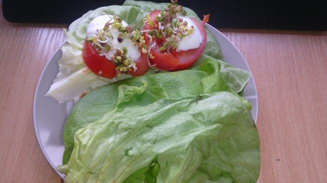 Dzisiejsze śniadanie: grahamka + pomidor + sałata + jajko + pęczki. Dwie połówki, ta druga zrobiona na odwrót, bo się wszystko sypało :D