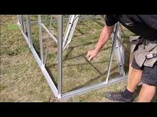 Na filmie znajduje się instrukcja montażu szklarni ogrodowej ze szklanymi ściankami. Po złożeniu stelażu, profile należy zabezpieczyć gumą izolacyjną i dokładnie ją przyciąć. Na...