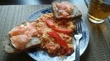 Śniadanko ukochany zrobił. :3 mm. Jajecznica z pomidorkami i cebulką przystro...