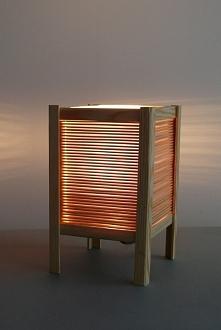 Japońska lampka - można ją zrobić samemu :)Potrzebujesz tylko patyczków do lodów, drewnianego kątownika i świeczki na baterię :)