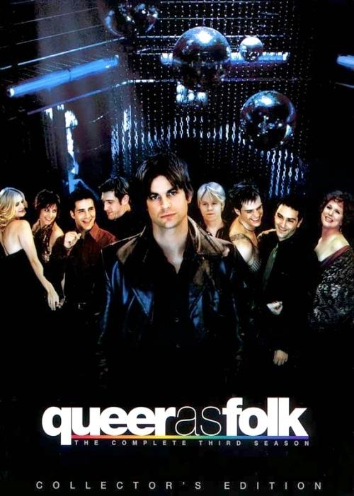 """Queer as Folk (2000-2005)   Akcja serialu rozgrywa się w Pitsburghu, a głównymi bohaterami są wyłącznie osoby orientacji homoseksualnej. Narratorem całej opowieści jest Michael Novotny - bardzo ciepły i otwarty człowiek, który ukrywa swoje uczucie do wieloletniego przyjaciela Briana Kinney'ego - geja nie wierzącego w miłość i wyznającego zasadę - """"pieprzyć się z każdym, kto się nawinie"""". Tych z kolei nie brakuje, jako że Brian jest przystojnym, seksownym i pewnym siebie mężczyzną. Podczas jednej z imprezowych nocy spotyka on 17-letniego Justina Taylora - niedoświadczonego nastolatka, który po spędzeniu nocy z Brianem od razu się w nim zakochuje. Miłość ta jednak z góry skazana jest na niepowodzenie ze względu na zasady, jakie wyznaje Kinney. Mimo to Justin nie daje za wygraną - powoli wchodzi w towarzystwo swojego ukochanego, poznaje jego przyjaciół - lesbijską parę Linz i Melanie, zmanierowanego i zabawnego Emmeta Honeycutta, zakompleksionego Teda Schmidta podkochującego się w Michaelu, jak i samego Michaela oraz jego przecudowną, ciepłą i zwariowaną matkę - Debbie."""