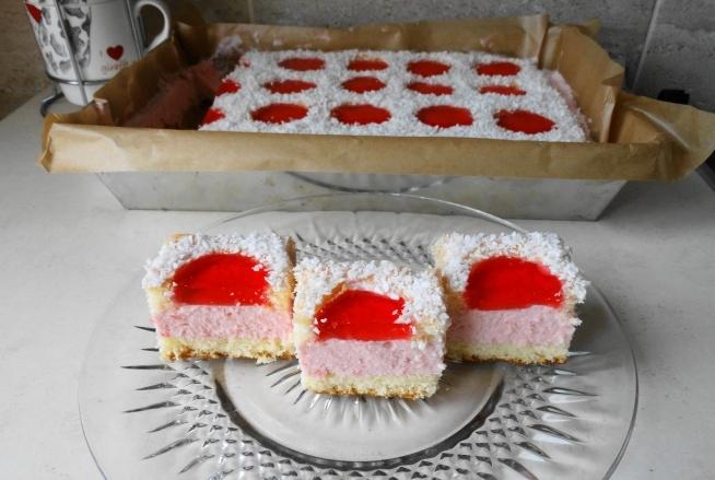 Truskawkowa Biedronka:-) Bardzo łatwe i szybkie ciasto na niedziele i nie tylko;-) Biszkopt: 5 jaj 3\4 szklanka cukru 1 szklanka mąki 1 płaska łyżeczka proszku do pieczenia 2 łyżeczki cukru waniliowego,ale nie trzeba dawać jak toś nie lubi. Białka ubić na sztywno z cukrem i cukrem waniliowym, do tego dodać kolejno po jednym żółtku, lekko wymieszać i powoli dodać mąkę wymieszaną z proszkiem do pieczenia. Piec w temp.180 stopni przez 25-30 minut. Wyjąć na blat ,ściągnąć papier i odstawić do wystygnięcią,po czym przekroić na pół. Masa : 2 paczki kisielu truskawkowego 3 galaretki truskawkowe 500 ml śmietany 36%  150 g np.borówek ( mrożone ) ,ale to opcjonalnie,mogą również być inne owoce,ja akurat nic nie dałam i też bardzo dobre jest:-) Kisiele gotujemy wg. przepisu na opakowaniu. Do ciepłych wsypujemy 2 galaretki i miksujemy. Zostawiamy do ostudzenia. Śmietanę kremówkę ubijamy na sztywno. Dodajemy po łyżce wystudzonej masy z kisielu , mieszamy. Na przekrojony biszkopt wykładamy masę kisielową ,zostawiając sobie trochę na górny biszkopt dosłownie na przesmarowanie,żeby wiórki się lepiej trzymały. Drugi biszkopt przesmarowujemy resztą masy i wycinamy w biszkopcie kółka za pomocą kieliszka. Przykrywamy masę kisielową i wkładamy do lodówki do stężenia. Galaretkę rozpuszczamy w 1,5 szklanki wody. Do otworów w cieście wkładamy owoce,lub zostawiamy puste , zalewamy lekko tężejącą galaretką i obsypujemy na około wszystkie dziurki wiórkami kokosowymi. Wkładamy do lodówki i gotowe:-)