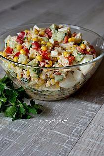 Składniki : 1 duża czerwona papryka 1 średni ogórek zielony puszka kukurydzy 3 jajka słoiczek selera marynowanego majonez + jogurt sól, pieprz Przygotowanie : Jajka, ogórek i paprykę kroimy w drobną kostkę Kukurydzę odsączamy, selera odsączamy i odciskamy z zalewy Składniki łączymy mieszając dokładnie, dodajemy sól i pieprz do smaku Zalewamy mieszanką majonezu i jogurtu, mieszamy ponownie. Smacznego !