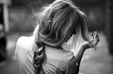 """""""Nie była w jego typie, powtarzał to tysiąc razy, nie pomagało. Zaszła mu za skórę, weszła w krew. Utkwiła w nim. Oszołamiała go, a zarazem irytowała - dziwna niebezpieczna..."""