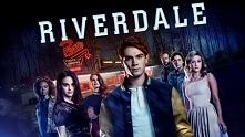 W małym miasteczku dochodzi do tragedii. Ginie jeden z uczniów tamtejszej szkoły. W tym samym czasie w Riverdale pojawia się nowa, bogata uczennica z nowego Jorku. Czy uda się r...