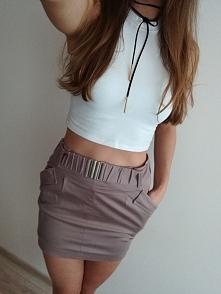 Sprzedam beżową spódniczkę z Mohito z efektywnym kieszeniami oraz paskiem. Ro...