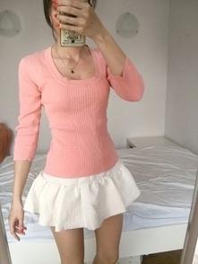 38 Pudrowy róż sweterek prążek dekolt dopasowany look outfit instagram lato w...