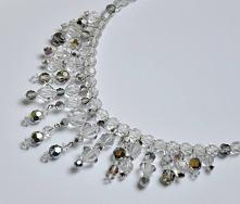 Piękna kolia wykonana z cudownie lśniących kryształków Jablonex w kolorze białym i białym ze srebrnym połyskiem. Kryształki Jablonex cechuje charakterystyczny blask,trwałość i p...