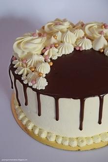Tort z czarną porzeczką i ajerkoniakiem