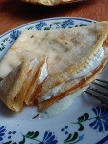 naleśniki dietetyczne :) z mąki ryżowej w środku kiwi z serkiem wiejskim i ks...