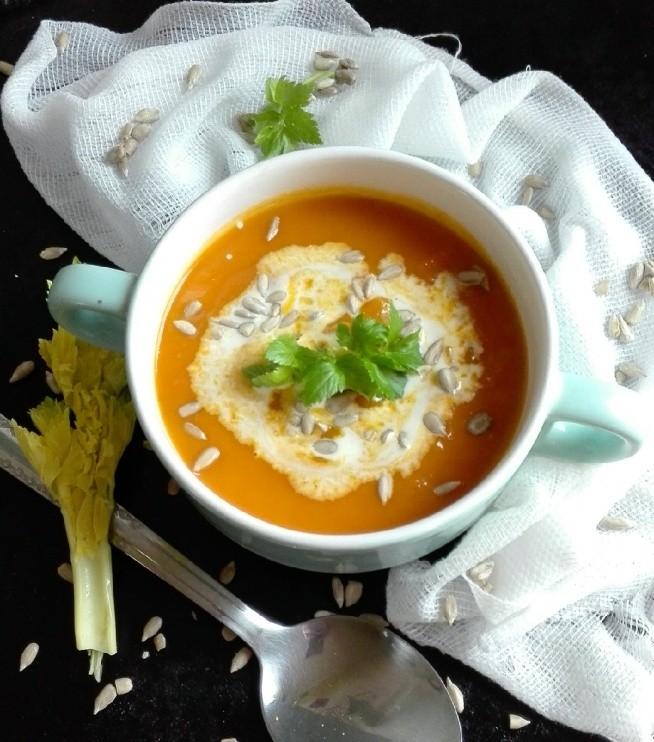 Zupa dyniowo-pomidorowa z selerem naciowym.