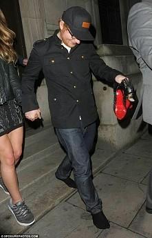 Ed Sheeran- dał swojej dziewczynie swoje buty i wziął jej szpilki w ręcę, a sam wyszedł na skarpetkach! Która by chciała takiego chłopaka? ;)
