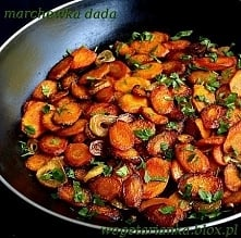 Marchew inaczej  600 g marchewki  8 dużych ząbków czosnku  4 łyżki oliwy  sól, pieprz  opcjonalnie posiekana natka pietruszki  Wykonanie  Obraną marchewkę kroję na skośne kilkum...