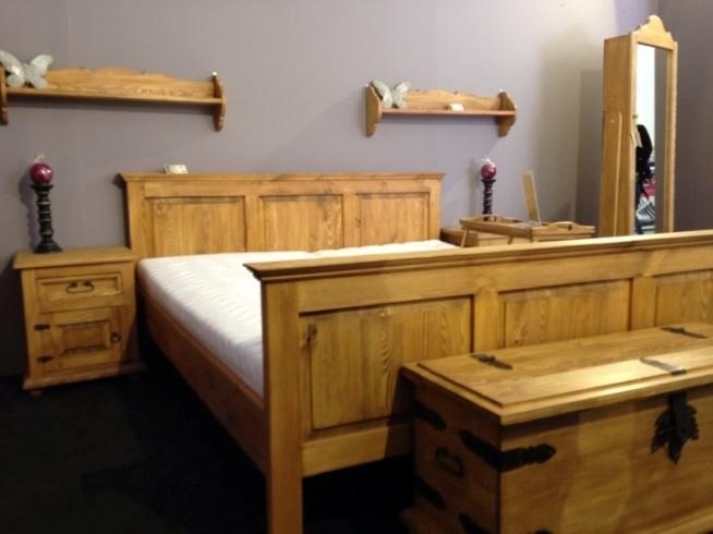 drewniane meble do sypialni wykończone naturalnym woskiem