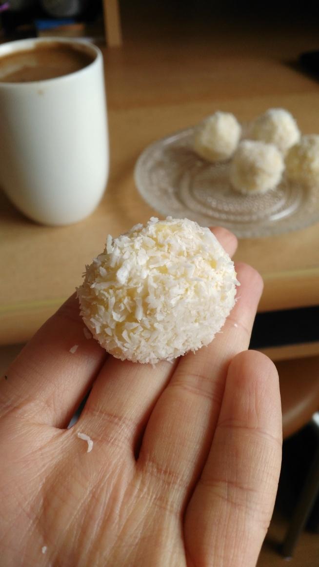 Rafaello z kaszy jaglanej, czyli zdrowe słodycze :) Wystarczy ugotować w mleku kasze jaglaną i pozowlić jej wchłonąć cały płyn. Do gotującego się mleka dorzucam dodatkowo wiórki kokosowe. Po wysttygnięciu dodaje do kaszy syrop klonowy, aromat mimgdałowy i formułuje z niego małe kulki. Do środka każdej kuleczki wkładam migdały i obtaczam je w wiórkach kokosowych. Świetnie smakują do kawy :)