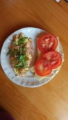 Śniadanko mistrzow! Jajecznica z szynka i bazylia, do tego kanapka z żółtym serem i pomidorem. Klasyka :)