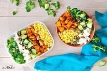 Sałatka z pieczoną dynią, serem  feta, ogórkiem i kukurydzą.