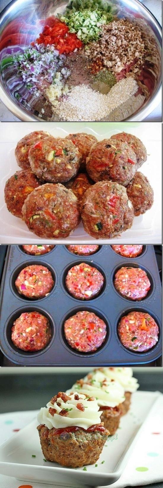 Muffinki z mięsa mielonego Składniki 1 cebula 6 kapeluszy z pieczarek 3 paski suszonych pomidorów 1 łyżka margaryny 1 jajko 5 łyżek bułki tartej 6 łyżek mleka 300 g mięsa mielonego z łopatki 1 łyżeczka soli 1 łyżeczka pieprzu 1/2 łyżeczki słodkiej papryki w proszku  Do miseczki wsypać 3 łyżki bułki tartej i zalać 6 łyżkami mleka i pozostawić aż mleko całkowicie wchłonie się w bułkę. Cebulkę drobno pokroić i wrzucić na roztopioną margarynę i delikatnie zrumienić. Kapelusze pieczarek obrać ze skórki i pokroić w pół plasterki. Dodać do cebuli. Smażyć razem do momentu,aż pieczarki delikatnie zbrązowieją. W między czasie pokroić suszone pomidory w mała kostkę. Dodać na patelnię i smażyć jeszcze przez około 2 minuty. Zdjąć z ognia. Doprawić do smaku solą,pieprzem oraz papryką. Pozostawić do ostygnięcia. Mięso przełożyć do miski,dodać namoczoną bułkę jajko i wymieszać wszystko dokładnie. Dodać zawartość patelni i ponownie dokładnie wymieszać. Jeśli masa mięsa będzie zbyt luźna dodać pozostałe 2 łyżki bułki tartej. Po raz ostatni wymieszać. Do foremki na muffinki wkładać po 2-3 łyżki masy mięsnej i odstawić do lodówki na około 1,5 godziny. Piekarnik rozgrzać do 225 stopni. Wstawić mięso i zapiekać około 30-35 minut. Po 15 -20 minutach zmniejszyć temperaturę do 200 st. Upieczone babeczki delikatnie wyjąć z foremek i podawać gorące.   Na górze ziemniaki puree wyciśnięte szprycą z boczkiem i szcyporkiem