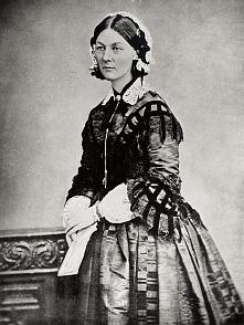 Florence Nightingale to założycielka pierwszej szkoły dla pielęgniarek. To właśnie ta silna kobieta wykreowała podstawy na których opiera się dzisiejsze pielęgniarstwo, zawód cz...