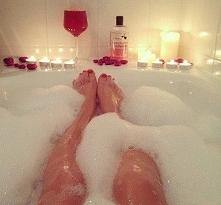 Nie ma dla mnie nic lepszego po całym, ciężkim dniu niż długa, relaksująca, gorąca kąpiel. Może być przy świecach, w towarzystwie muzyki, wina no i czasami faceta ;)