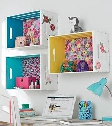 Kolorowe półki - funkcjonalny i ładny pomysł na dekorację pokoju.