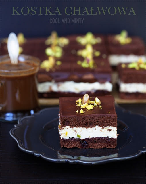 czekoladowy biszkopt z puszystym kremem chałwowym
