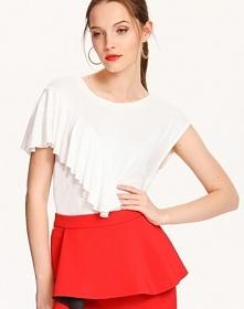 Efektowna bluzka z modną falbanką to doskonała propozycja na wiosnę i lato. Swoim krojem nawiązuje do hiszpańskiego stylu. Bluzka dobrze komponuje się w połączeniu z ołówkową sp...