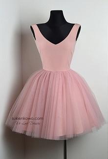 FANNY Rozkloszowana sukienka z dekoltem różowa. Kliknij w zdjecie - przeniesi...